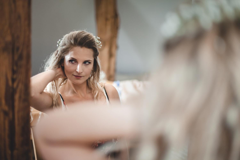 Alena Ales Svatba Nevesta Pripravy Zrcadlo Vlasy   Svatby   Roman Kozák