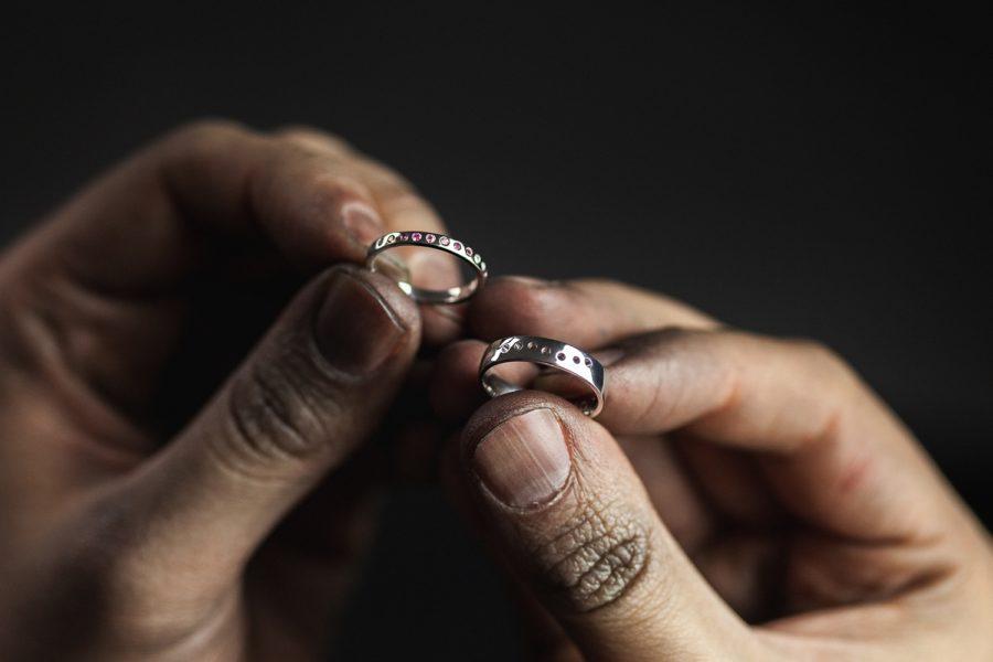 Roman Kozák | fotograf | Produkty | helioring-produkt-prsten-ruce-zlatnik-vyroba-lesteni